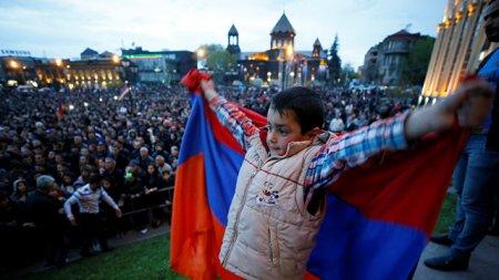 Протестующие в Ереване ворвались в здание мэрии